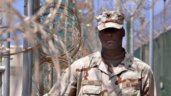 Guarda en el centro de detención de la Base Naval de Guantánamo de EEUU - Sputnik Mundo