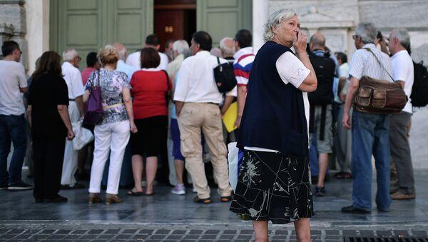Gente hace cola en el Banco en Atenas - Sputnik Mundo