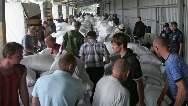 Los habitantes de Donetsk descargan los camiónes con ayuda humanitaria - Sputnik Mundo