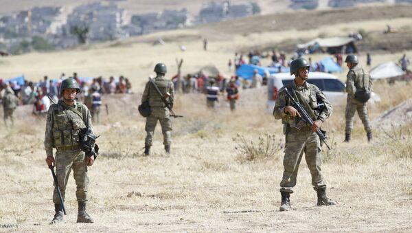Soldados turcos en la frontera turco-siria en Suruc, Turquía, el 26 de junio, 2015 - Sputnik Mundo