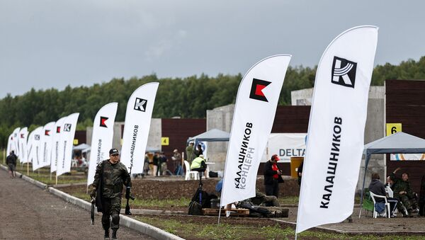 Banderas con el logo de Consorcio Kalashnikov - Sputnik Mundo