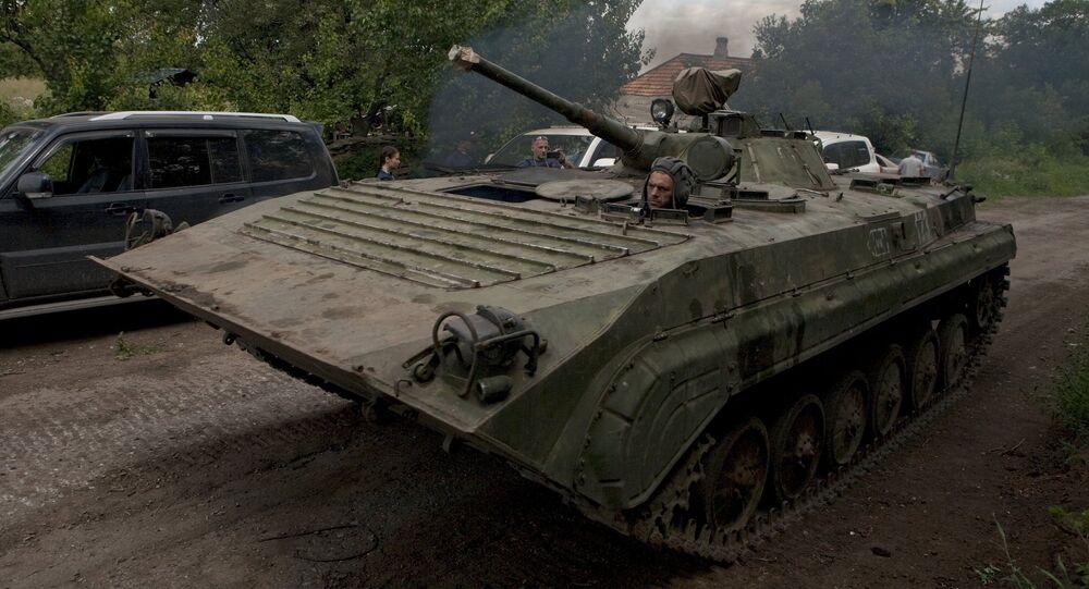 Vehículo blindado de las milicias en la región de Donetsk