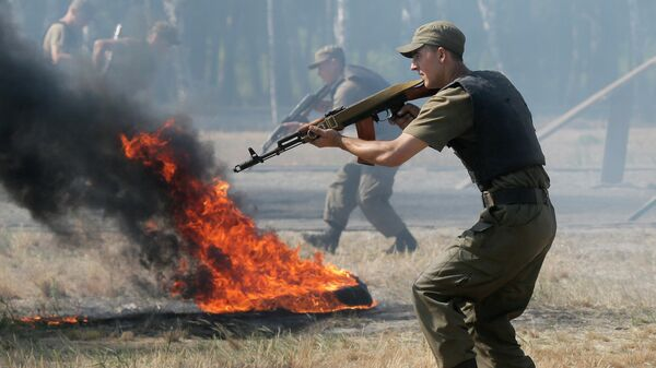 Ukrainian soldiers demonstrate their skills, prior to being sent to the country's east to fight against pro-Russian separatists, in a military base in the village of Novi Petrivtsi near Kiev Wednesday, July 22, 2015 - Sputnik Mundo