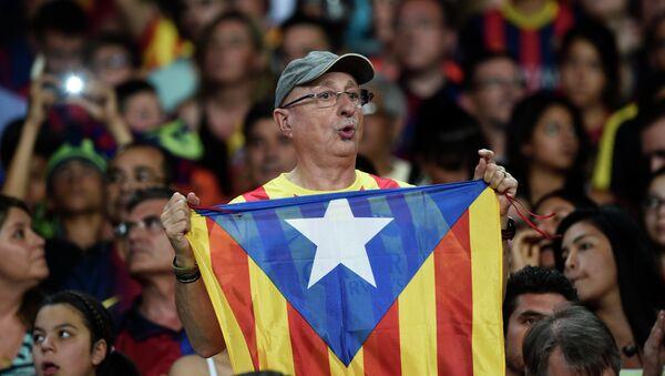 Hincha de Barça con la bandera independista de Cataluña (Archivo) - Sputnik Mundo