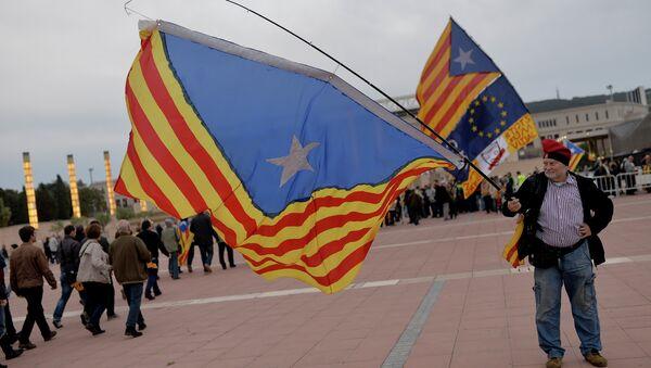 Hombre con la bandera independista catalana en Barcelona (archivo) - Sputnik Mundo