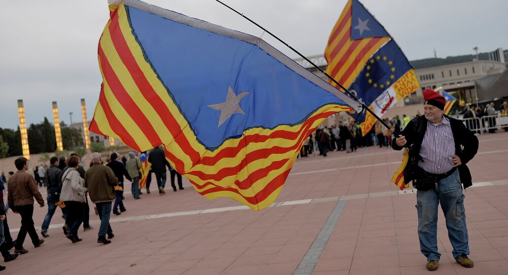 Hombre con la bandera independista catalana en Barcelona (archivo)