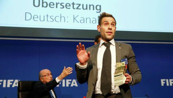 Joseph Blatter, presidente de la FIFA, y Simon Brodkin (Lee Nelson), cómico británico, en la rueda de prensa, el 20 de julio, 2015 - Sputnik Mundo