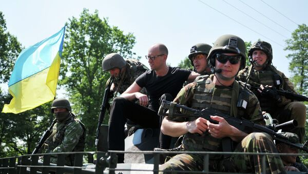 Arseni Yatseniuk, primer ministro de Ucrania, y los militares de EEUU durante los ejercicios militares Fearless Guardian 2015 - Sputnik Mundo