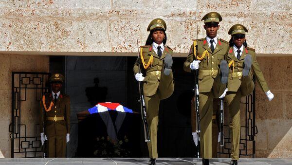 Soldados cubanos durante el desfile en el cementerio en la ciudad Santiago de Cuba, donde comenzó la Revolución Cubana en 1953 - Sputnik Mundo