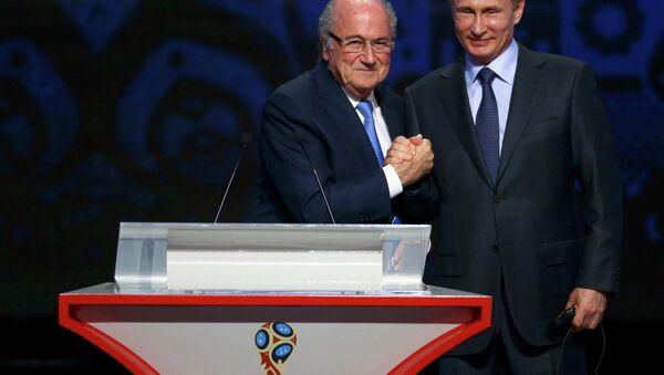 Presidente de la FIFA, Joseph Blatter,y presidente de Rusia, Vladímir Putin durante el sorteo preliminar de la Copa Mundial 2018 - Sputnik Mundo