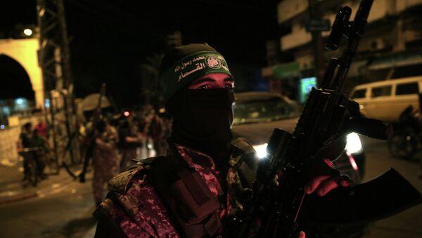 Un miembro del brazo armado del movimiento palestino Hamás, Las brigadas Ezedin al Qasam - Sputnik Mundo