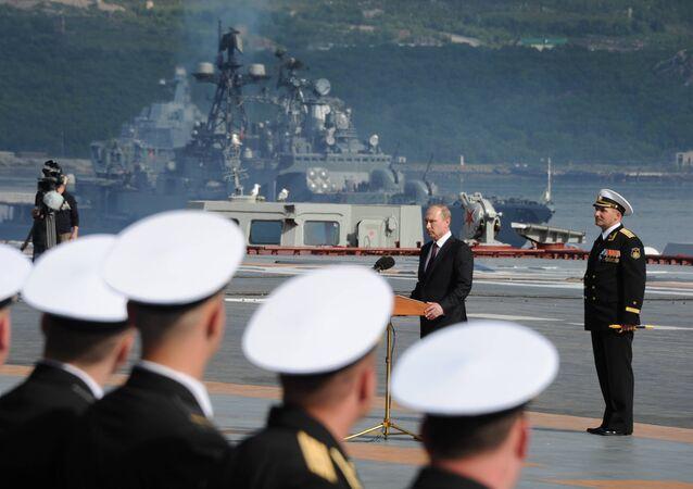 El presidente de Rusia, Vladímir Putin, participa en los festejos por el Día de la Armada Rusa (archivo)