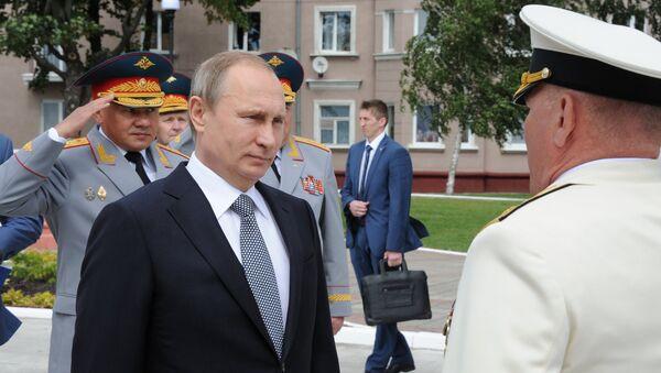 Vladímir Putin coloca flores al pie del monumento a Pedro el Grande en Baltiisk - Sputnik Mundo