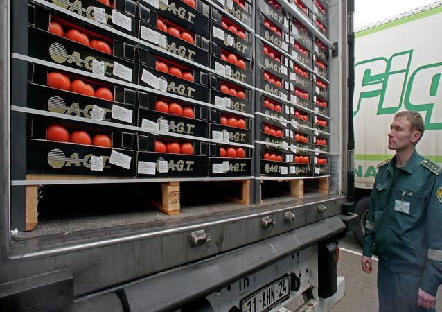 Un agente aduanal inspecciona los alimentos importados