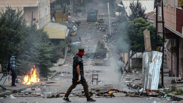 Choques entre la policía y la gente que protesta contra operación contra militantes kurdos realizada por el Estado - Sputnik Mundo