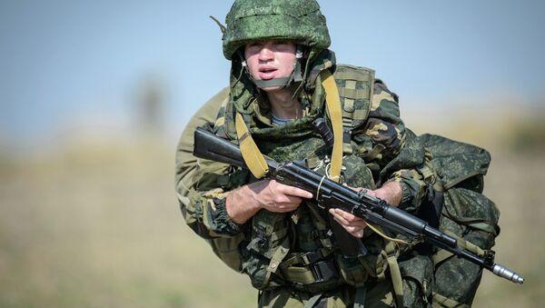 Militar ruso durante las maniobras - Sputnik Mundo