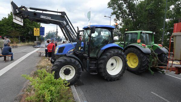 Agricultores franceses bloquean con sus tractores los pasos fronterizos con Alemania y España - Sputnik Mundo