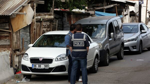 Police officers stand as Turkish police raide homes in Haci Bayram neighborhood in the capital Ankara, Turkey, Monday, July 27, 2015 - Sputnik Mundo