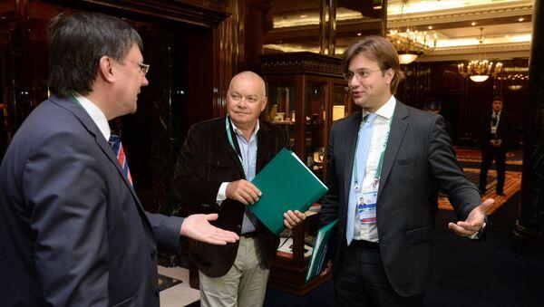Dmitri Kiseliov, director general de Rossiya Segodnya (en el centro), durante el Foro de Medios de Comunicación de los países de la OCS - Sputnik Mundo