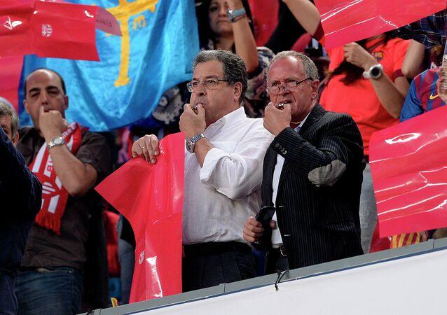 Hinchas de Barcelona pitan contra el himno español antes de la española Copa del Rey