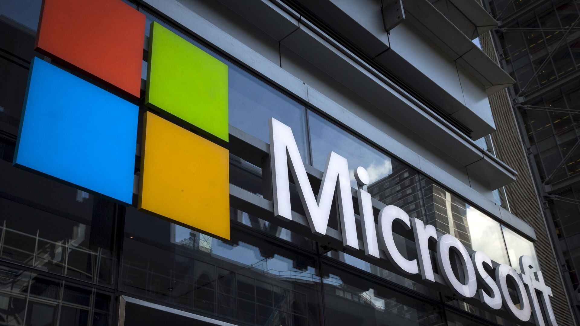 A Microsoft logo is seen on an office building in New York City, July 28, 2015 - Sputnik Mundo, 1920, 24.02.2021