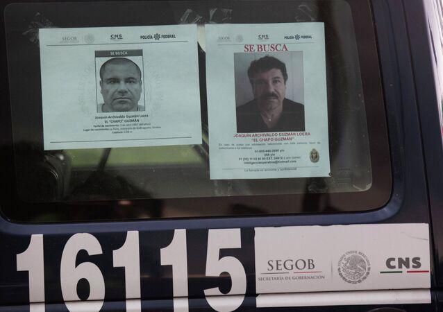 Los coches de la policía mexicana tienen los ordenes de busca del capo narcotraficante prófugo Joaquín el 'Chapo' Guzmán  y el aviso de recompensa por la información sobre el
