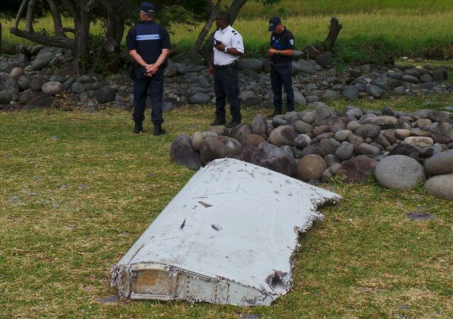 Pieza que podría pertenecer al avión del vuelo MH370 (archivo)