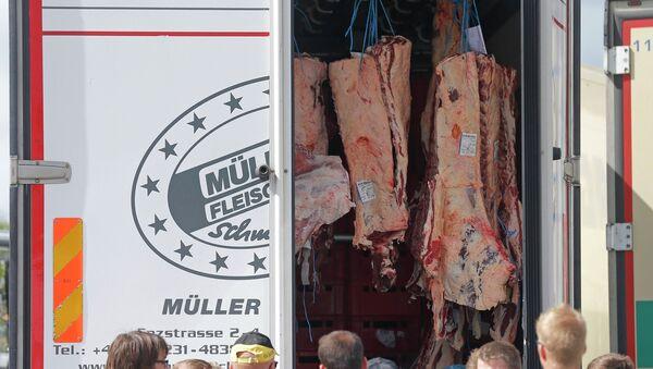 Los agricultores franceses examinan carga de un camión que transporta los productos alimenticios de países extranjeros, - Sputnik Mundo