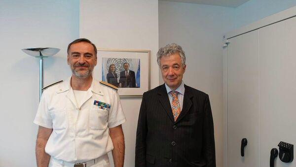 El comandante de la misión de la UE para repeler el flujo de inmigrantes indocumentados, Enrico Credendino (izda.), y el jefe de la Delegación de la UE en la ONU, Thomas Mayr-Harting - Sputnik Mundo