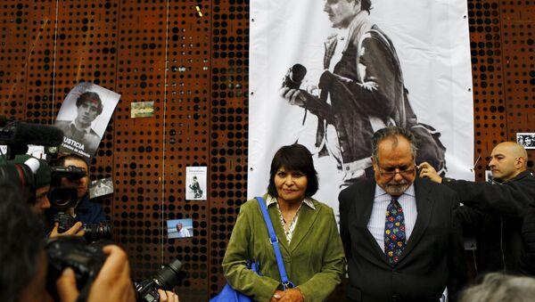 Carmen Gloria Quintana (en verde), Rodrigo Rojas (en el cartel) - Sputnik Mundo