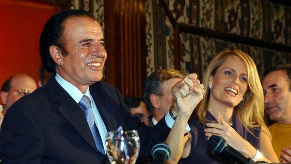 El expresidente argentino, Carlos Menem, y su exesposa, Cecilia Bolocco - Sputnik Mundo