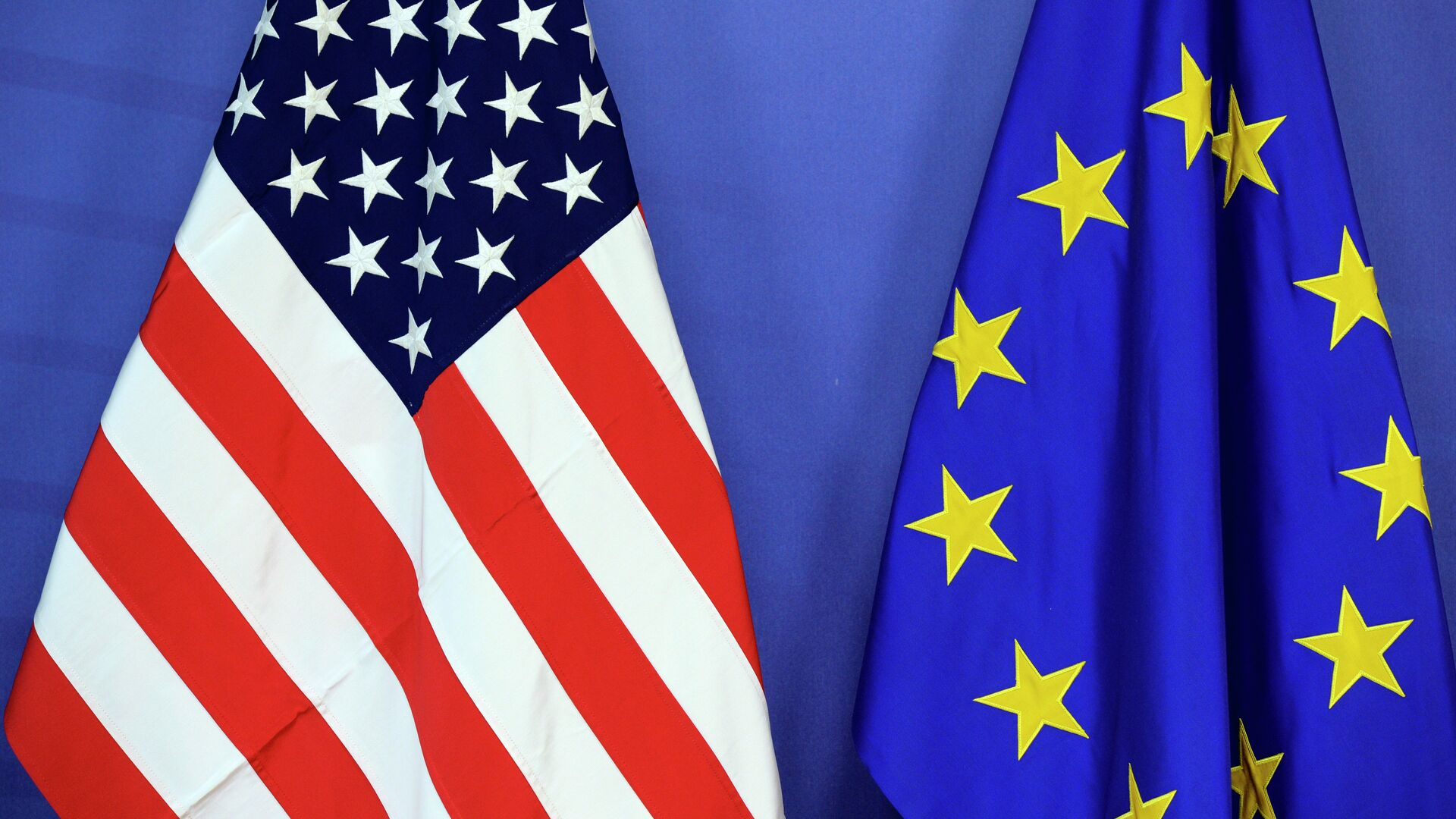 The US national flag (L) and the flag of the European Union are placed side-by-side during the Transatlantic Trade and Investment Partnership (TTIP) meeting at the European Union Commission headquarter in Brussels, on July 13, 2015 - Sputnik Mundo, 1920, 24.03.2021