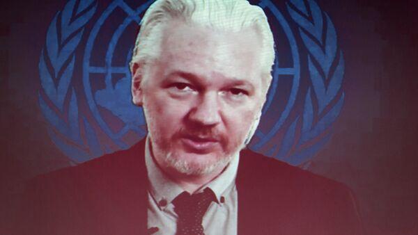 Fundador de Wikileaks Julian Assange aparece en la pantalla hablando via web cast desde la Embajada de Ecuador - Sputnik Mundo