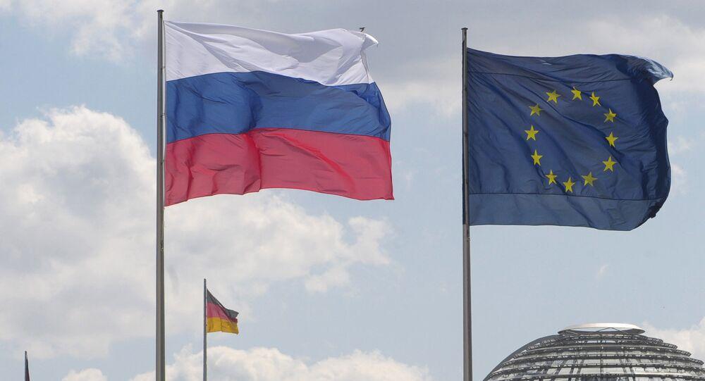 Banderas de Rusia y de la Unión Europea (archivo)