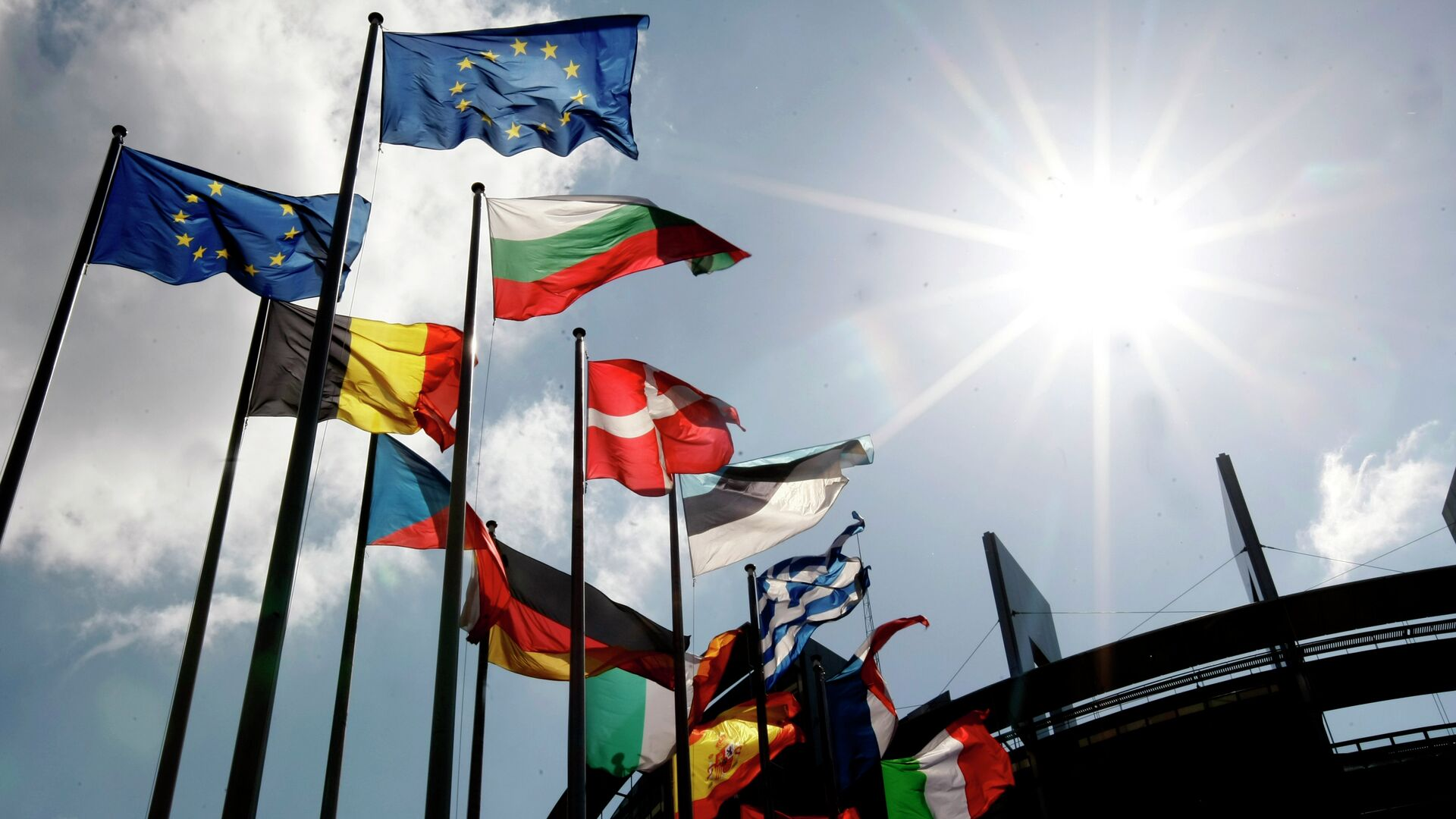 Flags are seen at the European Parliament  - Sputnik Mundo, 1920, 14.09.2021