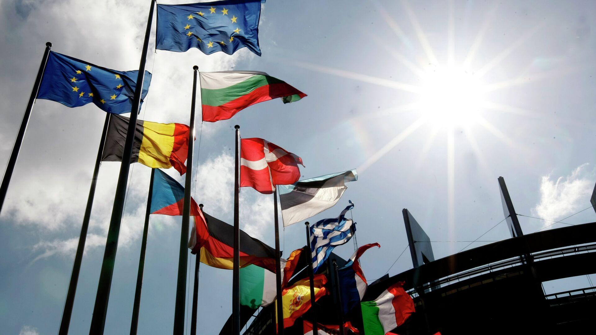 Flags are seen at the European Parliament  - Sputnik Mundo, 1920, 10.06.2021