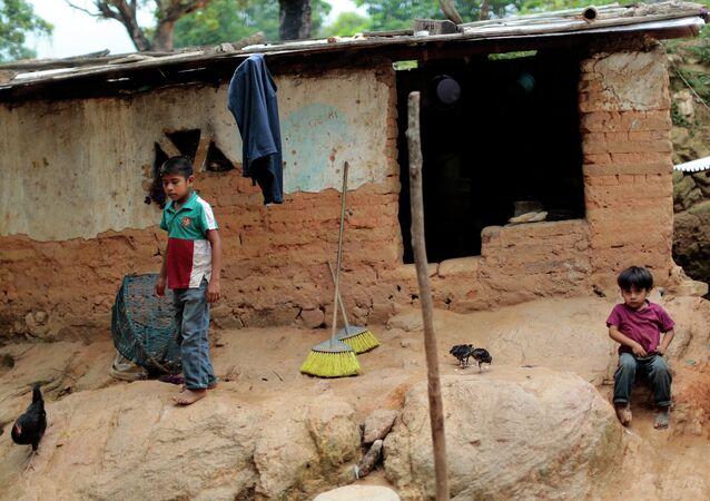 Niños de una familia pobre en México