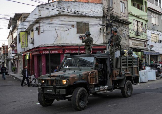 Policías en una favela de Río de Janeiro