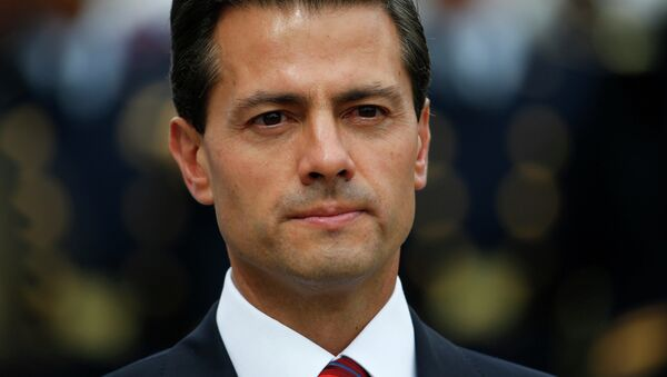 Mexico's President Enrique Pena Nieto attends a wreath laying ceremony on the tomb of the unknown soldier at the Arc de Triomphe monument, on Bastille Day, in Paris, France, July 14, 2015 - Sputnik Mundo