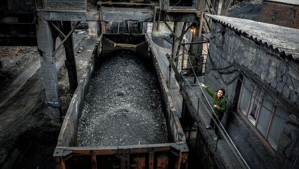 Carga de carbón en una minería en Donbás - Sputnik Mundo