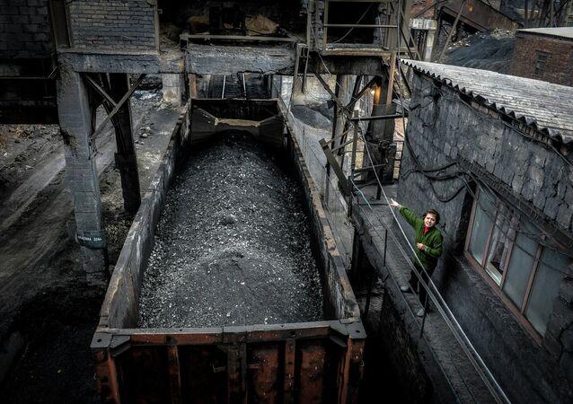 Carga de carbón en una minería en Donbás