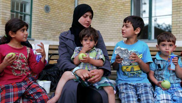 Refugiados esperan un tren para ir al campamento para refugiados - Sputnik Mundo