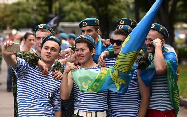 Jovenes celebran el día de las Fuerzas Aerotransportadoras de Rusia - Sputnik Mundo