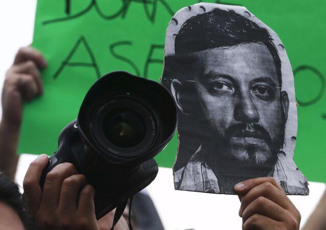 La imagen del fotoperiodista Rubén Espinosa en una protesta contra su asesinato en el monumento Ángel de la Independencia en Ciudad de México