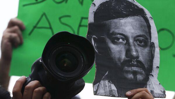 La imagen del fotoperiodista Rubén Espinosa en una protesta contra su asesinato en el monumento Ángel de la Independencia en Ciudad de México - Sputnik Mundo