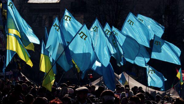 Los banderas de Ucrania y tártaros crimeos durante una manifestación en apoyo de los tártaros de Crimea (archivo) - Sputnik Mundo