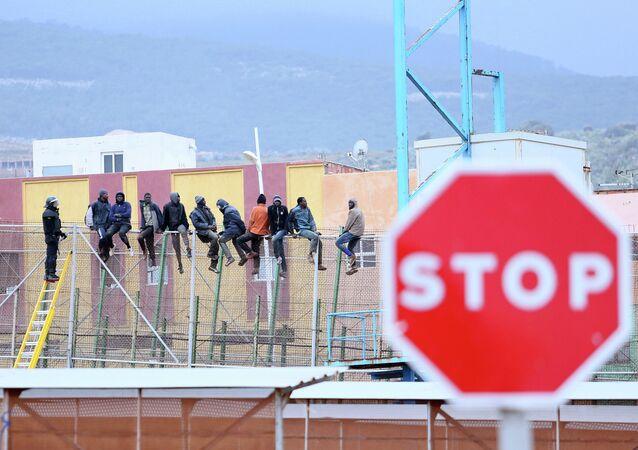 Migrantes intentan saltar la valla de Melilla