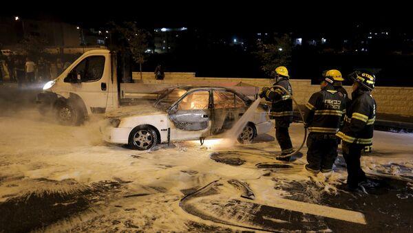 Coche que se incendió del cóctel mólotov en el barrio de Beit Hanina, Jerusalén este, el 3 de agosto, 2015 - Sputnik Mundo
