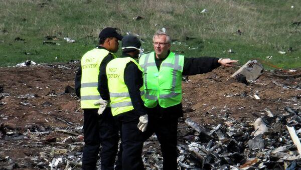 Expertos holandeses y malasios en el lugar de accidente de MH17 - Sputnik Mundo