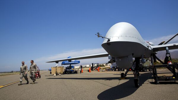 A General Atomics MQ-9 Reaper stands on the runway during Black Dart, a live-fly, live fire demonstration of 55 unmanned aerial vehicles, or drones, at Naval Base Ventura County Sea Range, Point Mugu, near Oxnard, California July 31, 2015 - Sputnik Mundo